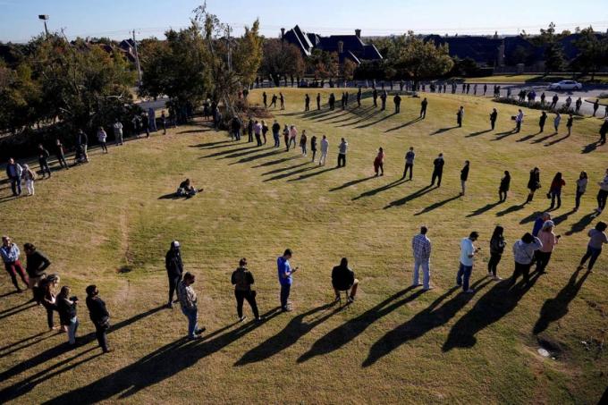 Các cử tri xếp hàng dài để bỏ phiếu bầu cử Tổng thống Mỹ tại thành phố Oklahoma ngày 3/11. Ảnh: Reuters