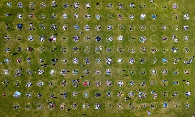 Hình ảnh chụp từ trên cao khung cảnh người dân đứng bên trong các vòng tròn trên bãi cỏ tại Công viên Dolores ở San Francisco (Mỹ) ngày 22/5. Ảnh: Getty Images