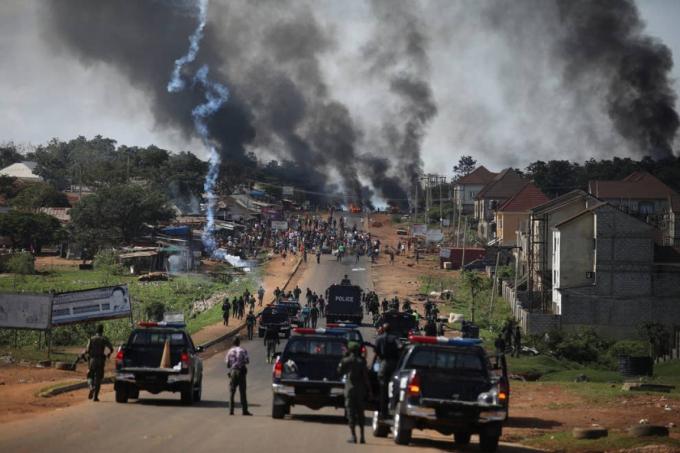 Cảnh sát Nigeria thực hiện các biện pháp mạnh để giải tán đám đông ở Apo, Abuja ngày 20/10. Ảnh: Getty Images