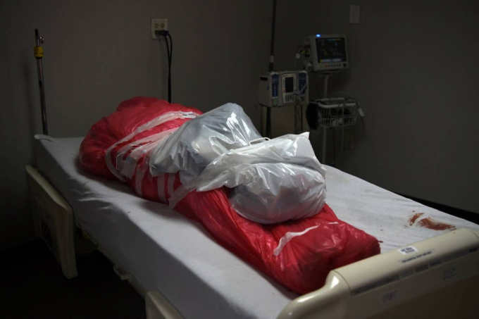 Thi thể một người đàn ông tử vong do Covid-19 được bọc trong túi đựng thi thể tại Houston (Mỹ). Ảnh: Reuters