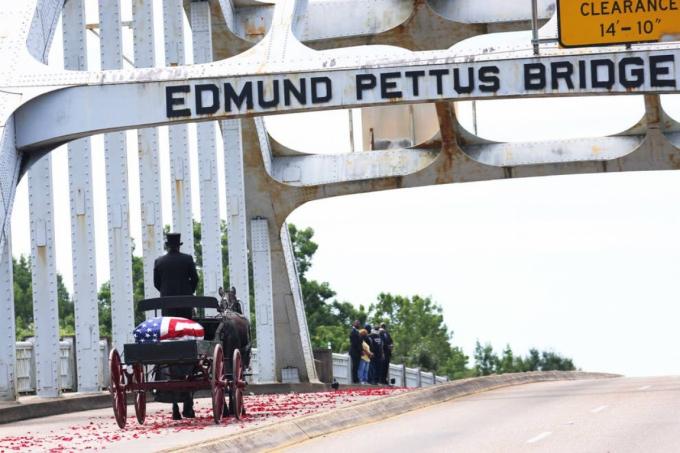 Chiếc xe ngựa chở thi hài của biểu tượng dân quyền John Lewis băng qua cầu Edmund Pettus và đi qua các thành viên trong gia đình ông vào ngày 26/7 ở Selma, Alabama (Mỹ). Ảnh: Getty Images