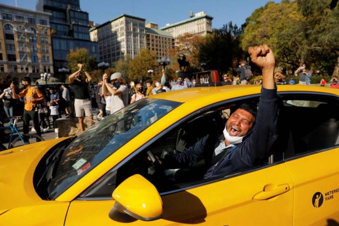 Một tài xế taxi vui mừng khi truyền thông Mỹ thông báo ông Joe Biden đã giành chiến thắng. Ảnh: Reuters