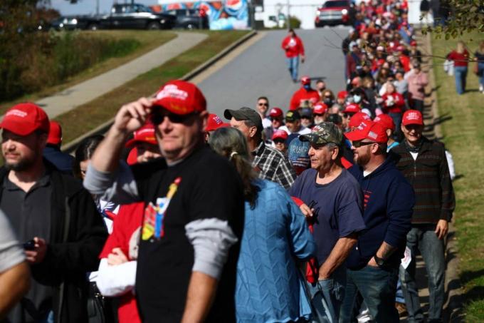 Những người ủng hộ xếp hàng trong cuộc vận động tranh cử của Tổng thống Trump tại khu vực sân bay Hickory, bang Bắc Carolina ngày 1/11. Ảnh: Reuters