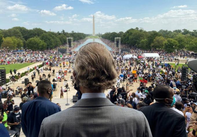 Linh mục Al Sharpton đến Đài tưởng niệm Lincoln ở Washington ngày 28/8. Ônglàngười phát động các cuộc biểu tình Mạng lưới hành động Quốc gia chống lại sự phân biệt chủng tộc và sự tàn bạo của cảnh sát. Ảnh: Getty Images