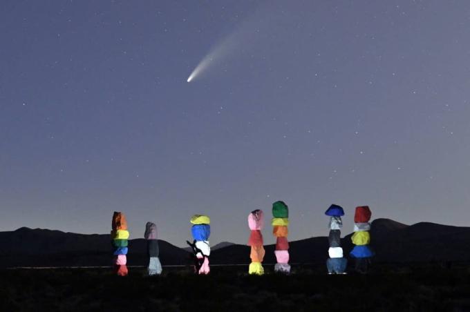 Sao chổi Neowise bay trên bầu trời, phía dưới là tác phẩm sắp đặt nghệ thuật