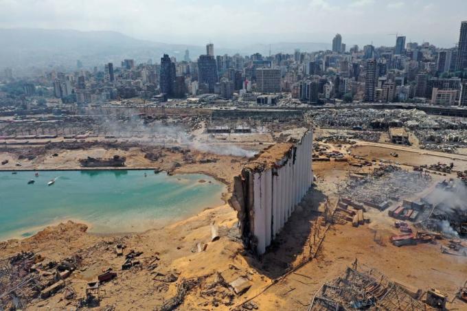 Khung cảnh hoang tàn sau vụ nổ lớn ngày 4/8 tại khu vực cảng ở thủ đô Beirut, Lebanon. Ảnh: Getty Images./,