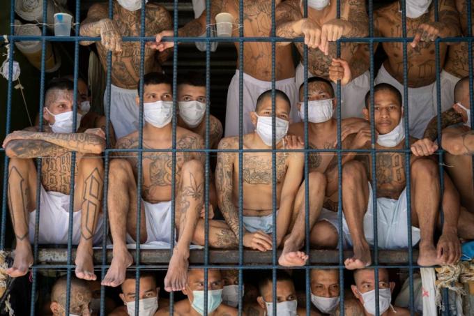 Các thành viên của băng đảng khét tiếng MS-13 và 18 Street trong một phòng giam đông đúc tại nhà tù Quezaltepeque, El Salvador. Ảnh: Getty Images