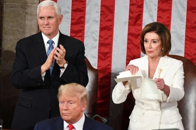 Chủ tịch Hạ viện Mỹ Nancy Pelosi xé bản sao thông điệp liên bang của Tổng thống Trump. Ảnh: Getty Images