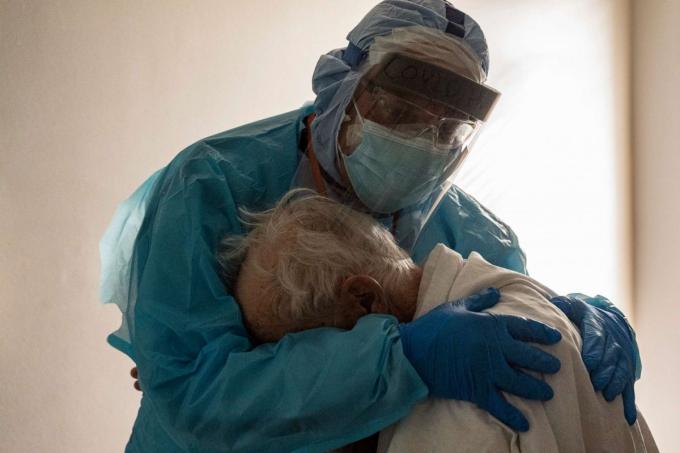 Bác sĩ Joseph Varon an ủi một bệnh nhân Covid-19 đang khóc vàmong được về nhà ở Trung tâm Y tế United Memorial, Houston, bang Texas (Mỹ) ngày 26/11. Ảnh: Getty Images