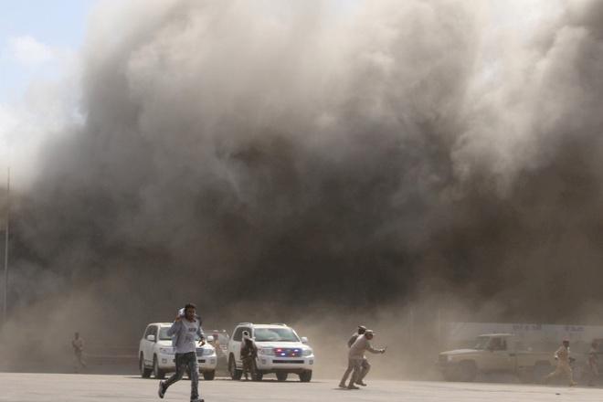 Khói bốc lên từ hiện trường vụ tấn công ở sân bay quốc tế thủ đô Aden. Ảnh:Reuters.