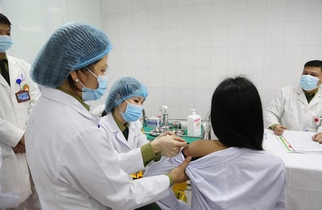 Tiêm mũi vắc-xin đầu tiên ngừa COVID-19 Nano Covax nhóm liều 50mcg cho tình nguyện viên. Ảnh: TTXVN