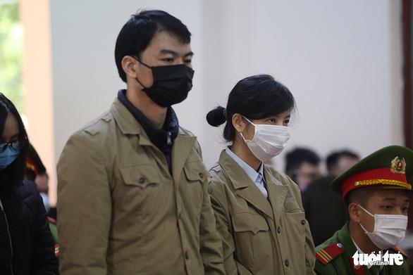Bị cáo Kim Anh (phải) và Hải Anh tại tòa - Ảnh: DANH TRỌNG