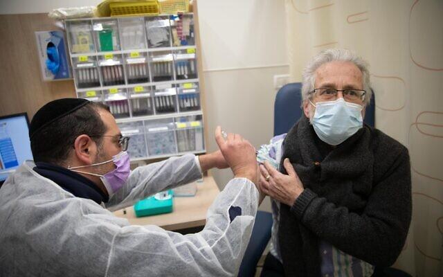 240 người Israel vẫn nhiễm COVID-19 dù đã tiêm vắc xin phòng ngừa