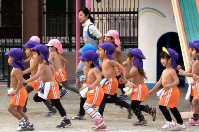 Trẻ em Nhật Bản được huấn luyện chịu lạnh từ nhỏ