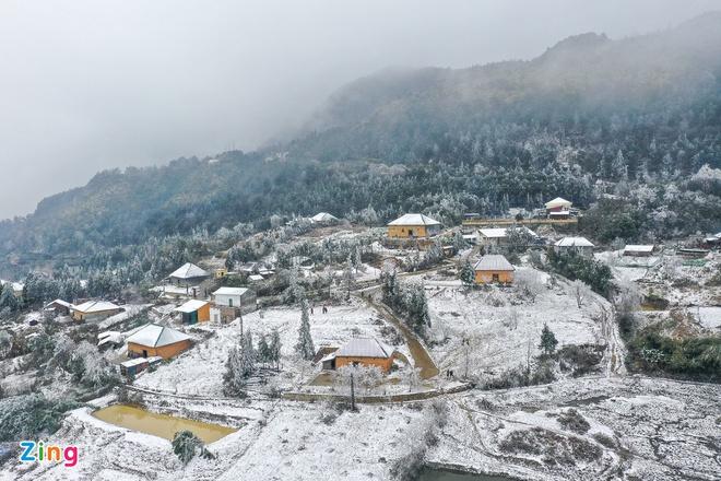 Tuyết phủ trắng các nóc nhà, con đường ở Nhìu Cồ San (xã Y Tý, huyện Bát Xát, tỉnh Lào Cai) ngày 11/1. Ảnh: Chí Hùng.