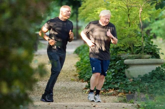 Thủ tướng Anh Boris Johnson (phải) chạy bộ cùng HLV cá nhân của mình. Ảnh: Evening Standard.