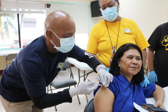 Bà Sylvia Osarch - nữ nhân viên y tế - là người đầu tiên ở Palau được tiêm vắc xin ngừa COVID-19 - Ảnh: AFP