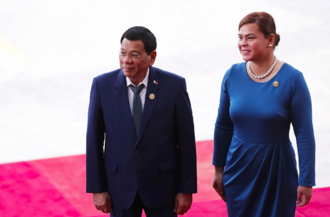 Ông Duterte khuyên con gái Sara Duterte-Carpio (phải), không nên tranh cử tổng thống. Ảnh: AFP.