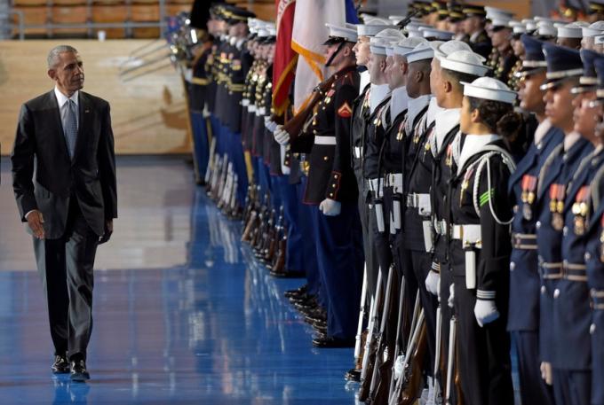 Ông Obama duyệt đội danh dự trong lễ tạm biệt mà quân đội tổ chức cho ông tháng 1/2017. Ảnh:AP.