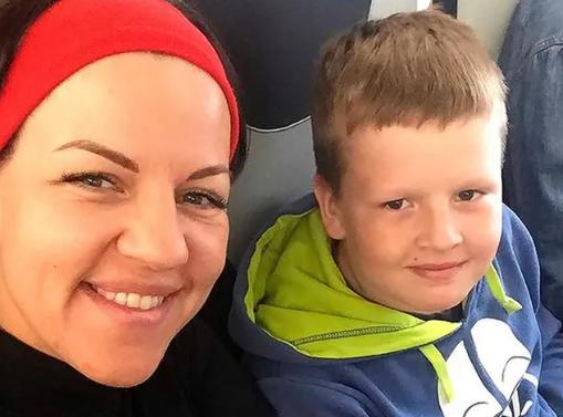 Hình ảnh khi chưa xảy ra tai nạn của Arkady Aksenov và mẹ.