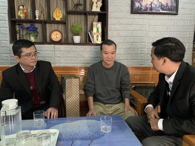 Đoàn công tác huyện Hoàng Sa ghé thăm và tặng quà cho đại diện gia đình nhân chứng Hoàng Sa Võ Như Dân. ẢNH: NGUYỄN TÚ