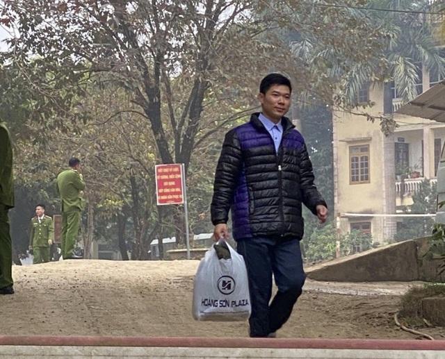 Hình ảnh cựu bác sĩ Hoàng Công Lương mãn hạn tù bước ra khỏi cổng trại giam. (Ảnh chia sẻ trên mạng xã hội)
