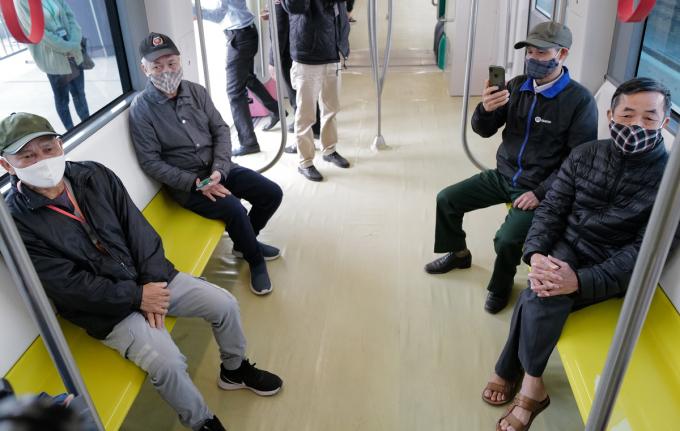 Rất nhiều người dân khi lên tàu đều đi một mạch từ đầu tới cuối sau đó ngồi tại các hàng ghế để trải nghiệm cảm giác trên tàu.