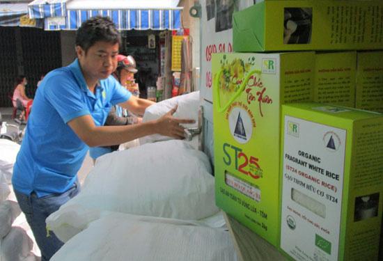 Các cửa hàng tất bật bán gạo ST25 mùa Tết