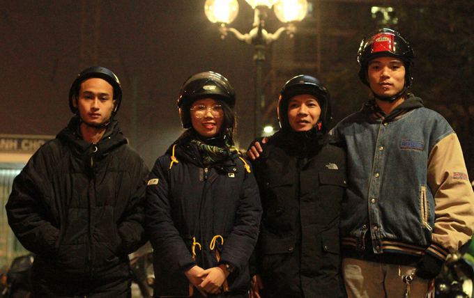 Đội Street Outreach gồm Sơn, Trang, Hoàng Anh, Quý (từ trái qua) khảo sát xung quanh bến xe Mỹ Đình đêm 16/1. Ảnh: Phan Dương.