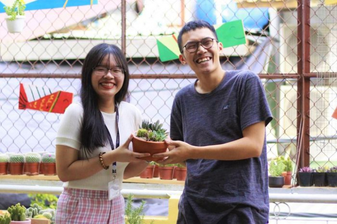 Hoàng Quý Bình (phải) - chủ nhiệm dự án Nhà nhiều Lá. Ảnh: Fanpage Nhà nhiều Lá.