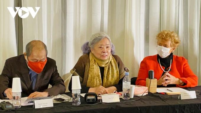 Bà Trần Tố Nga (giữa) tại buổi họp báo công bố vụ xét xử. Ảnh: Huỳnh Điệp.