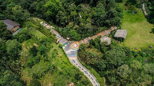Con đường thổ cẩm dài 1.700 m thể hiện đặc trưng của văn hóa vùng cao
