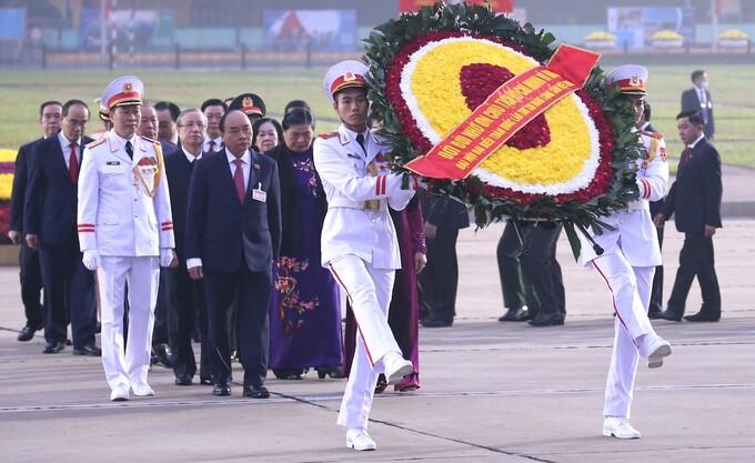 Lãnh đạo Đảng, Nhà nước và các đại biểu dự Đại hội XIII vào Lăng viếng Chủ tịch Hồ Chí Minh, sáng 25/1. Ảnh: TTX