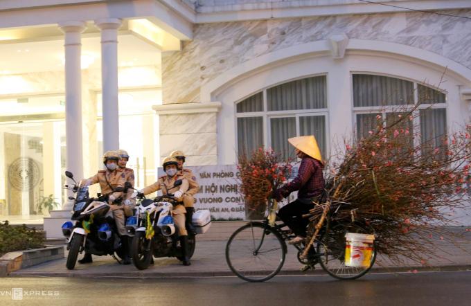 6h ngày 27/1, xe của họ xuất phát, hướng tới nhà khách trên đường Chu Văn An chờ khoảng 30 phút để đón, dẫn đại biểu dự đại hội tại Trung tâm Hội nghị Quốc gia.