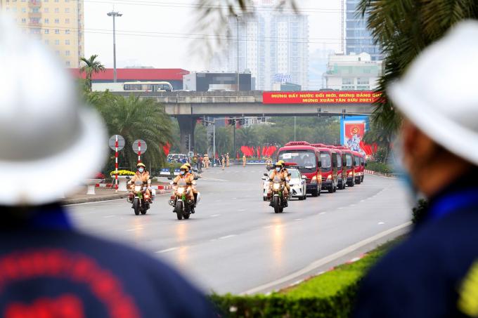 Trên đại lộ Thăng Long, xe dẫn đoàn của cảnh sát giao thông dẫn đầu, đi bên hông và đi cuối các đoàn xe khách, xe chở đại biểu từ trung tâm thủ đô tới Trung tâm Hội nghị Quốc gia.