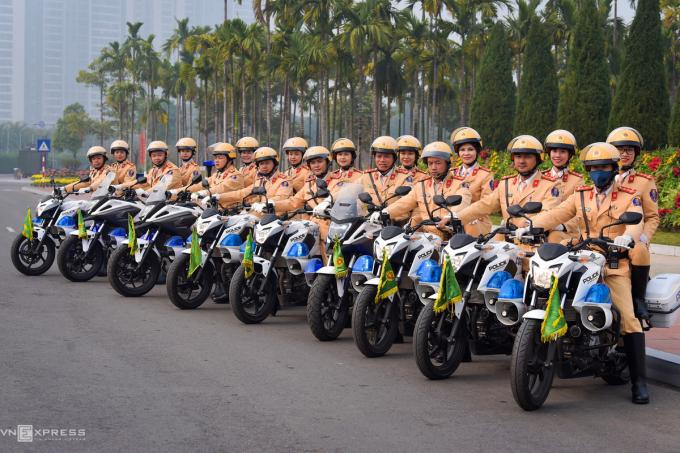 Sau khi hoàn tất dẫn đoàn, nữ cảnh sát cùng nam đồng nghiệp tập kết xe trong khuôn viên Trung tâm Hội nghị Quốc gia.