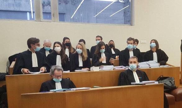Nhóm luật sư bảo vệ quyền lợi của 14 công ty, tập đoàn hóa chất tại tòa Evry ngày 25-1 - Ảnh: VTD