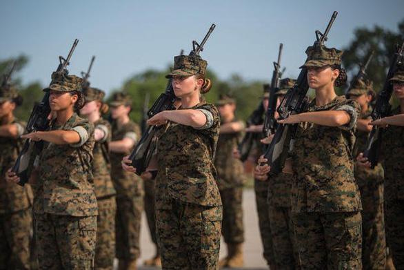 Lầu Năm Góc ra quy định mới cho phép nữ quân nhân được đánh son, sơn móng tay