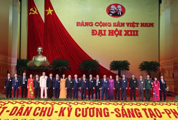 Thủ tướng Chính phủ Nguyễn Xuân Phúc chụp ảnh chung với Đoàn đại biểu Đảng bộ tỉnh Tuyên Quang. (Ảnh: TTXVN)
