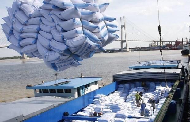Bốc xếp gạo xuất khẩu tại cảng Sài Gòn. (Ảnh: TTXVN)