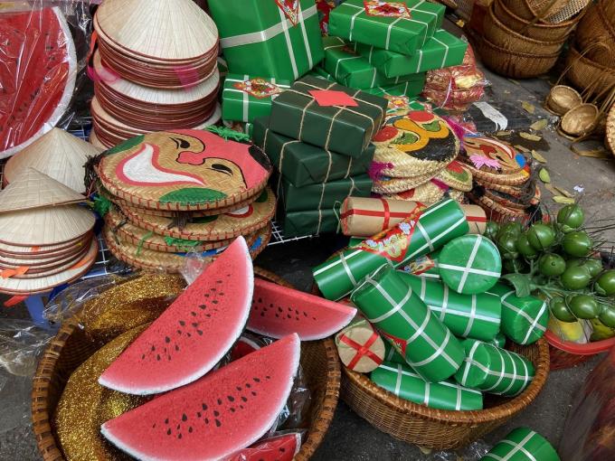 Đồ thủ công hìnhdưa hấu, bánh chưng, bánh tét... được bày bán đa dạng, giá từ 60.000 đồng.