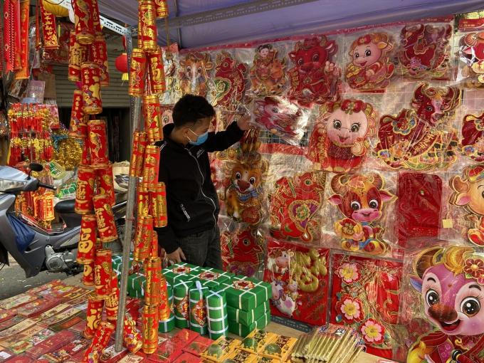 Đón Tết Tân Sửu, ở các cửa hàng ngập tràn những mẫu đồ trang trí cửa, treo cây và lì xì hình trâu.