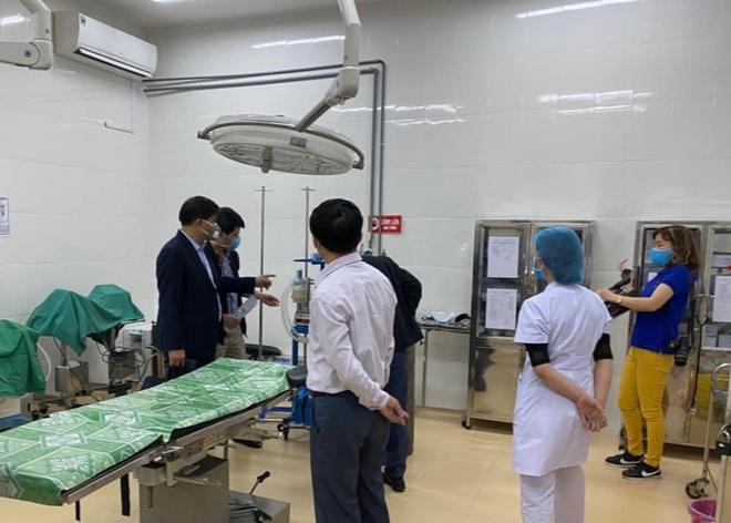 Ê-kíp chuyên gia từ Bệnh viện Bạch Mai, Hà Nội, kiểm tra, khảo sát trang thiết bị, cơ sở y tế tại Điện Biên trong ngày 5/2. Ảnh: Ngọc Khanh.