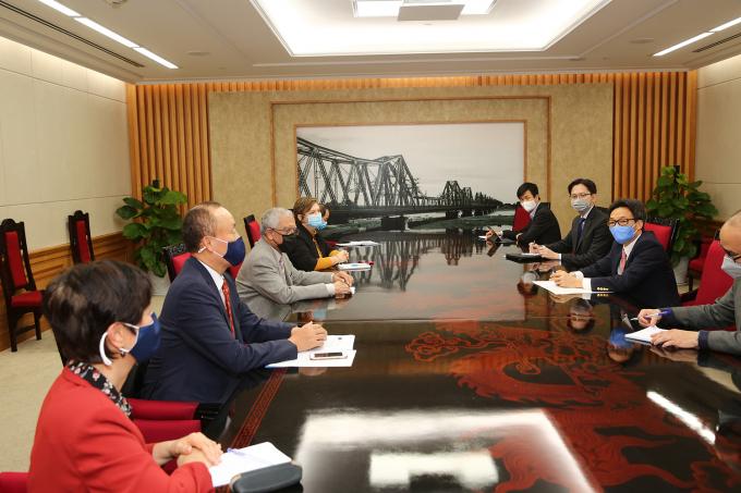 Phó Thủ tướng Vũ Đức Đam nghe các vị trưởng đại diện UNDP, UNICEF, WHO trình bày kế hoạch hỗ trợ vaccine ngừa COVID-19 của Chương trình vaccine COVID-19 toàn cầu (COVAX). Ảnh: VGP/Đình Nam
