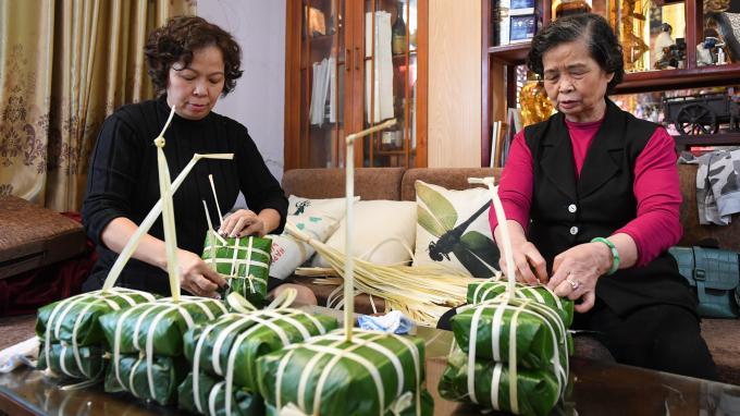 Bà Nguyễn Thị Nhận (72 tuổi) là chị gái cả trong gia đình. Tuy tuổi đã cao, bà vẫn giúp các thành viên khác gói bánh.