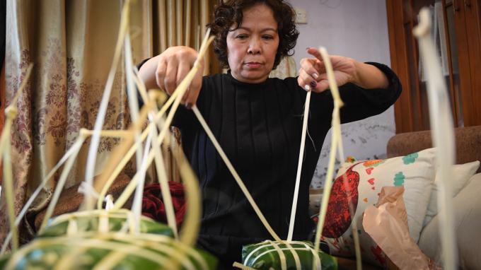 Gia đình dòng họ Nguyễn Nhật với 3 thế hệ, 65 thành viên năm nào cũng quây quần để gói bánh chưng.