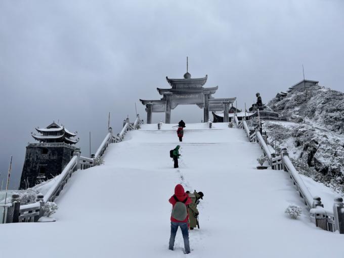 Tuyết dày 60 cm khiến đỉnh Fansipan trắng xoá