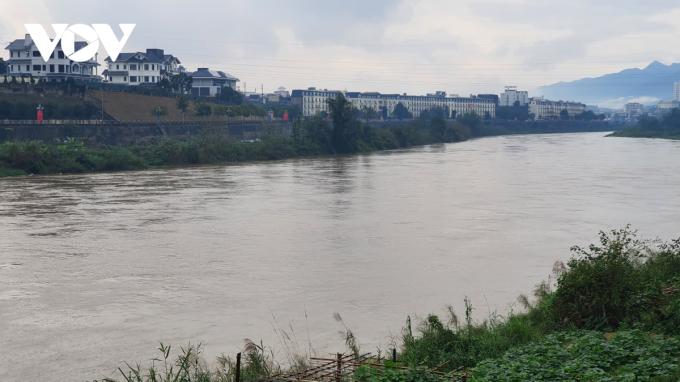 Sông Hồng chảy qua thành phố Lào Cai sáng 9/2.