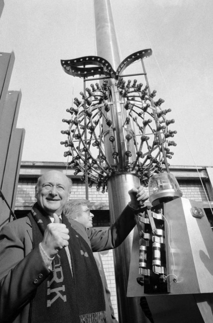 Thị trưởng New York Ed Koch kiểm tra quả cầu Big Apple Ball ngày 24/12/1981. Ảnh: AP