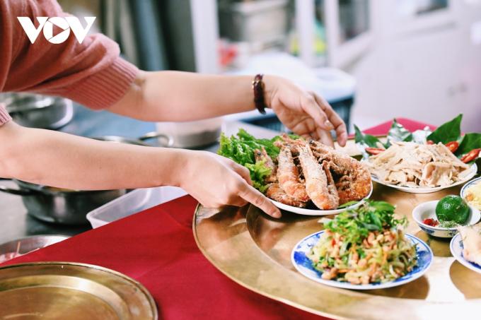 Tuy nhiên, các bà nội trợ có thể biến tấu sao cho mâm cỗ gia đình phong phú, phù hợp với khẩu vị riêng của gia đình, không nhất thiết phải rập khuôn theo mâm cỗ truyền thống.
